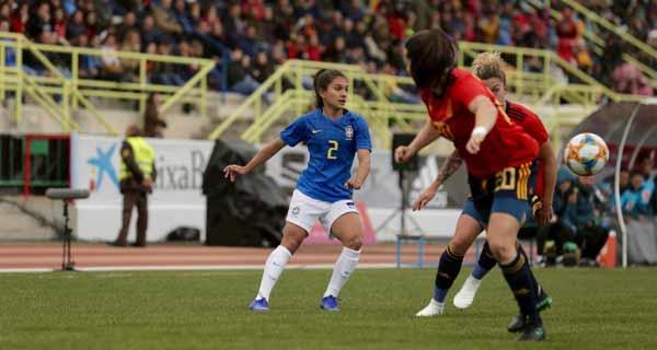 Foto de lance de jogo da seleção feminina