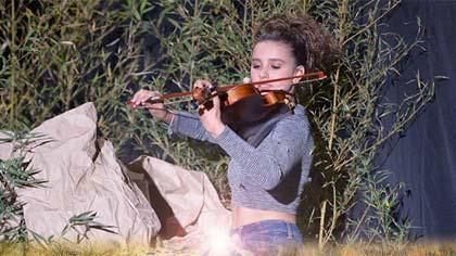 Foto de Luisa tocando violino