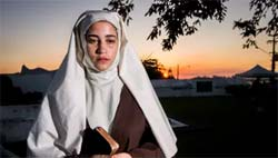 Foto de Yasmin Gomlevsky, como Irmã Assunção