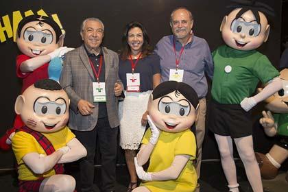 Foto de Maurício de Souza, com representantes da TV Cultura e personagens