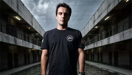 Fotode Rodrigo Lombardi, como o  carcereiro Adriano