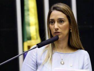 Foto da ministra Flávia Arruda